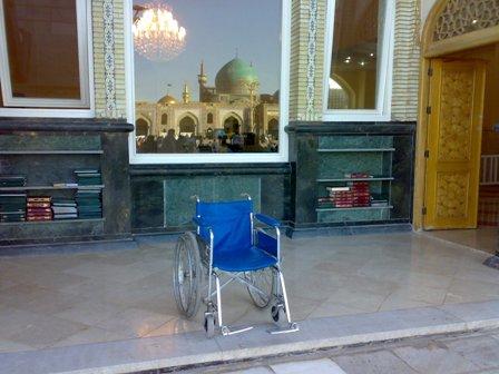 انعکاس تصویر گنبد طلای امامرضا(ع) در صحن جامع رضوی